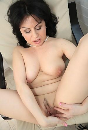 Moms Fingering Porn Pictures
